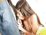 Una Teen Latina Minuta Succhia E Scopa
