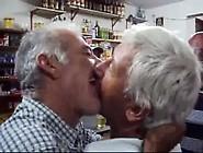 Velhos Se Beijando No Bar Por Dinheiro
