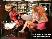 Una Abuela Francesa Relata A Tres Chicas En El Bar Como Se Llevo