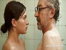 La Actriz Española Maria Valverde En La Tina Con Un Hombre Mayor