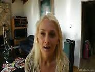 Novinha Loira Ivana Mostrando Sua Bundinha Gostosa No Shortinho
