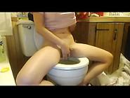 Une Teen Se Mastube Dans Les Toilette