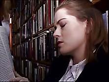 Sesso Lesbo Con Lo Strap On In Libreria Tra Due Studentesse