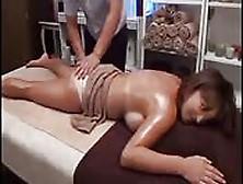 Un Massaggio Con Olio Si Trasforma In Una Scopata Erotica