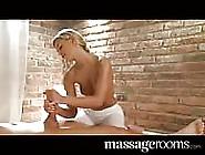 Une Jolie Blonde Fait Un Massage Brutal