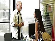 Disciplinando A Una Morena En La Oficina