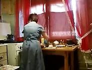 Abuela Coge A Su Nieto En La Cocina