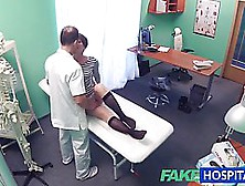 Adolescents en chaleur jouant au docteur