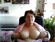 Coroa Mostra Seus Enormes Peitos Na Webcam
