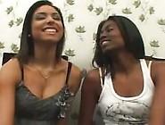 Duas Brasileiras Se Beijando