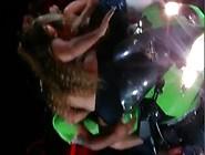 Rapariga Beijando Amiga Gostosa E Mostrando Os Peitinhos No Moto