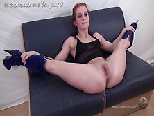 Flexible Elza Splits And Masturbates