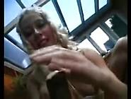 Blondje Drukt Zo Een Boom Met Kluit Naar Binnen