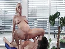 Massaggio Orgasmico Con Ditalino Per Una Sexy Milf Culona Dalla