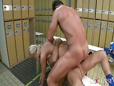 Секс в раздевалке в футболистом